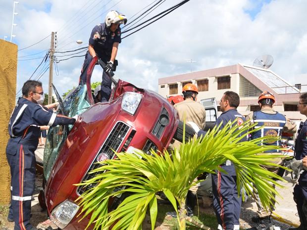 Impacto da colisão jogou o Siena contra o muro de um prédio, o motorista de 35 anos morreu e sua esposa ficou ferida (Foto: Walter Paparazzo/G1)