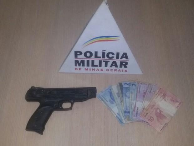 PM apreendeu parte do dinheiro roubado (Foto: Polícia Militar/ Divulgação)
