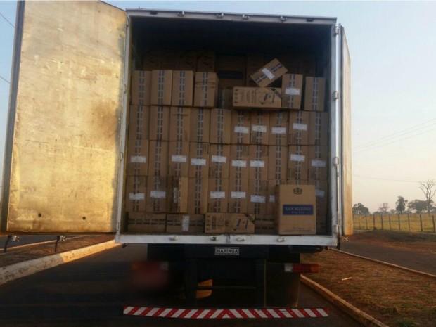 Caminhão com registro de roubo transportava 15 mil pacotes, segundo PRF (Foto: PRF/Divulgação)