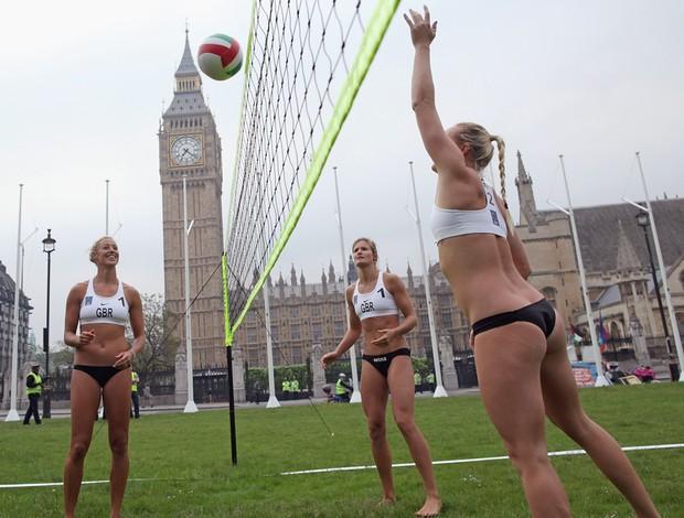 Atletas britânicas jogando no meio da rua em Londres (Foto: Dan Kitwood / Agência Getty Images)