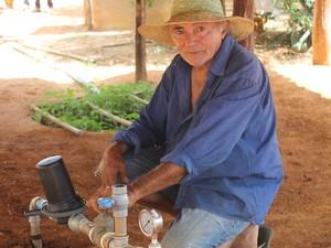 Manoel acreditava que o sistema era difícil, mas logo se adaltou ao bioágua (Foto: Juliane Peixinho/ G1)