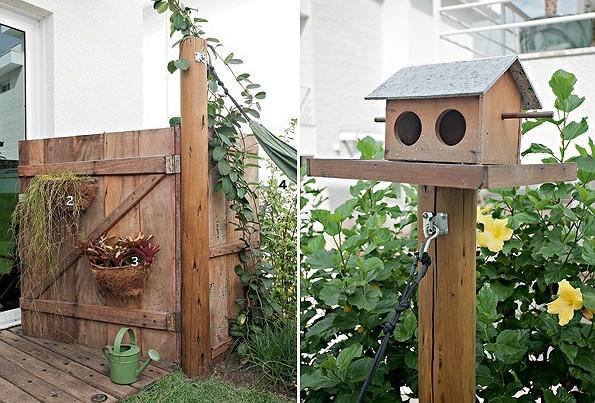 portão de madeira de demolição serve de entrada lateral ao jardim