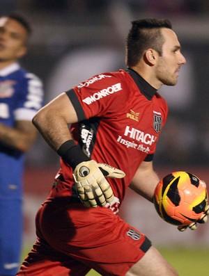 Roberto goleiro Ponte Preta x Corinthians (Foto: Marcos Ribolli / Globoesporte.com)