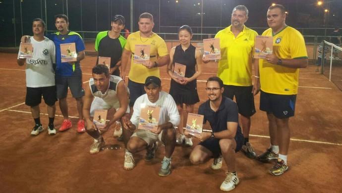 Campeões do 2º Aberto de Tênis da AABB exibem premiação  (Foto: Julio Minoru/Arquivo Pessoal)