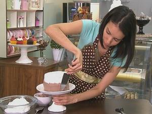Laura Quadros é confeiteira e ensina dicas rápidas e delicadas para decoração (Foto: Reprodução/ TV TEM)