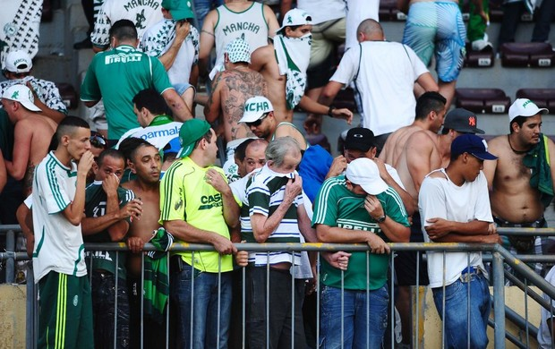 Torcida do Palmeiras sofre com gás em Araraquara (Foto: Marcos Ribolli / Globoesporte.com)