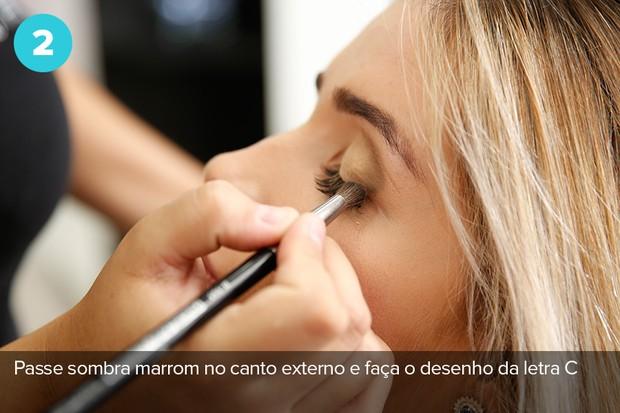 Segundo passo: Use sombra marrom no canto externo e faça o desenho da letra C (Foto: Marcos Serra Lima/EGO)