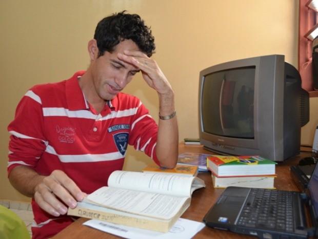 O aluno passa até 8h por dia estudando (Foto: Flávio Godoi/G1)