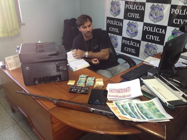 Delegado Marko Scaliso disse que material foi achado em forro de residência (Foto: John Pacheco/G1)