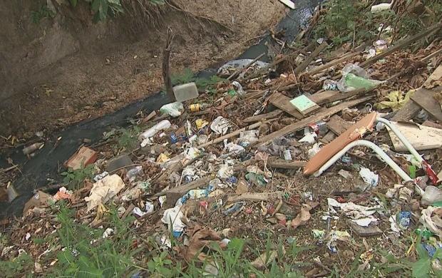 Série mostra condições do igarapé São Francisco (Foto: Acre TV)