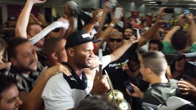 Jefferson chega ao Rio nos braços da torcida que o idolatra (Foto: Gustavo Rotstein/GloboEsporte.com)