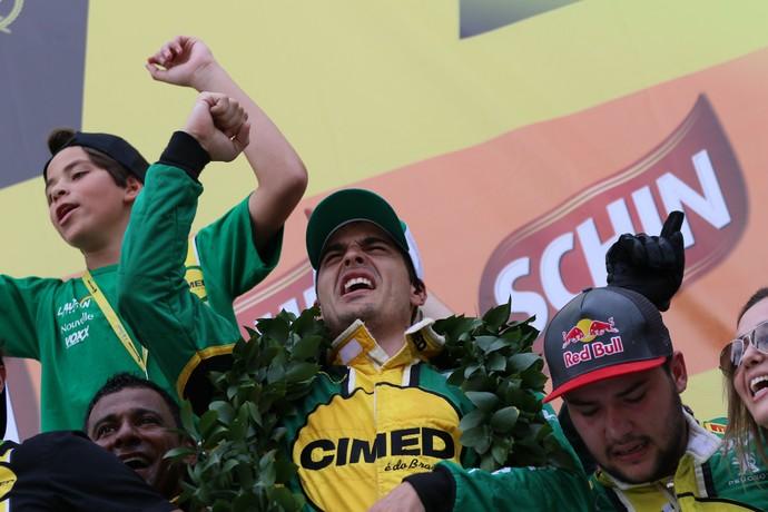 Marcos Gomes comemora título inédito da Stock Car (Foto: Duda Bairros / Divulgação)