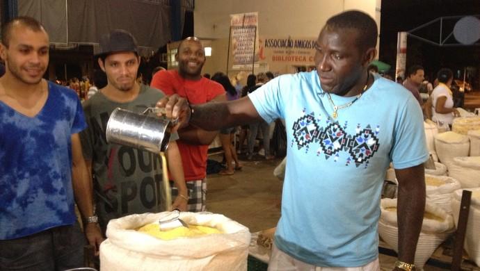 Odvan visita a feira da 304 sul e prova a farinha de puba (Foto: Marcos Martins/GLOBOESPORTE.COM)