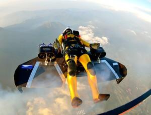 Yves Rossy voando de wingsuit no Japão (Foto: AP)