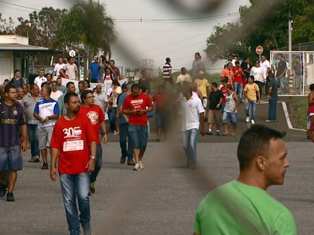Funcionários e ex-funcionários da Mabe ocupam área da fábrica em Campinas (Foto: Vanderlei Duarte/EPTV)
