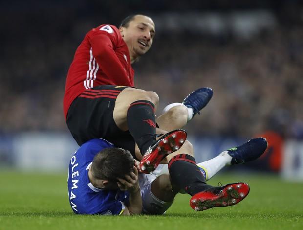 BLOG: Agrediu ou não? Ibra acerta jogador do Everton na cabeça e pode ser punido; veja