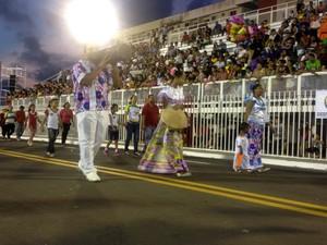 Alunos representando a dança Marabaixo durante desfile de 13 de setembro, no Sambódromo de Macapá (Foto: Aline Paiva/G1)