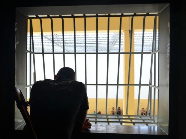 Agente penitenciários observa os presos na quadra do presídio em Vilhena, RO (Foto: Jonatas Boni/G1)