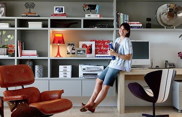 Com nichos, prateleiras e gavetas, a estante do escritório em casa cumpre sua missão sem deixar de ser decorativa também. (Foto: Editora Globo)
