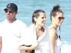Bem magra, Deborah Secco filma em praia do Rio
