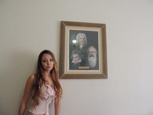 Sala onde está o piano é decorada com imagem de compositores clássicos (Foto: Joana Caldas/G1)