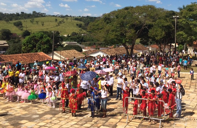 Moradores de Corumbá de Goiás se reúnem para acompanhar passagem da tocha olímpica pela cidade (Foto: Guilherme Gonçalves/GloboEsporte.com)