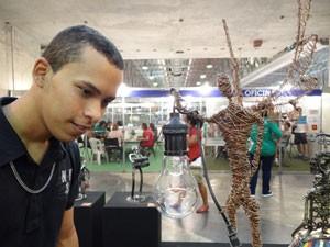 Visitante na Galeria dos Reciclados (Foto: Luna Markman/G1)