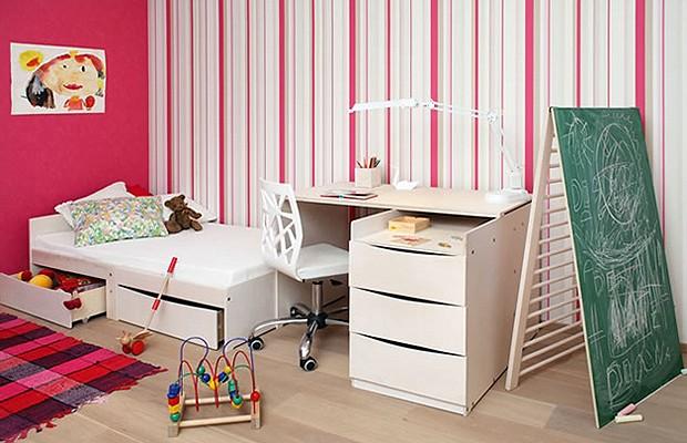 O  berço transformado em um quarto para crianças menores, com cama e escrivaninhas pequenas (Foto: Divulgação)