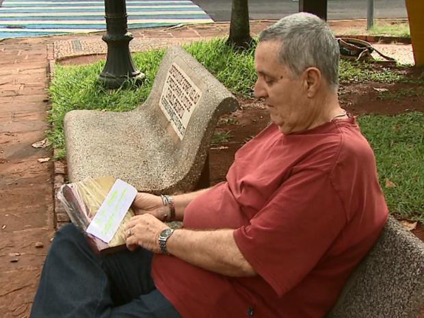 Quem encontra os livros aproveita a boa leitura ao ar livre em Araraquara (Foto: Marlon Tavoni/EPTV)