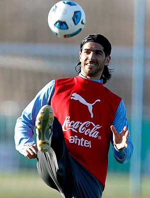 Loco Abreu no treino do Uruguai (Foto: AP)