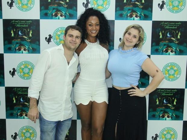 Camila Silva com o vice-presidente da Mocidade, Rodrigo Pacheco, e a mulher, Cintia Abreu, na quadra da agremiação na Zona Norte do Rio (Foto: Daniel Pinheiro/ Ag. News)