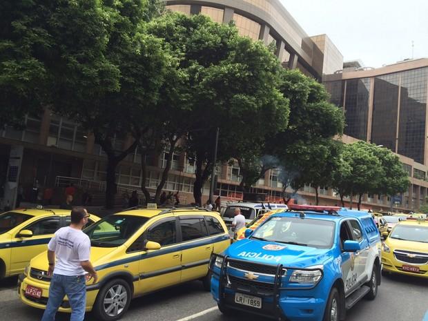 Às 9h, taxistas chegaram no Tribunal da Justiça (Foto: Fernanda Rouvenat/G1)