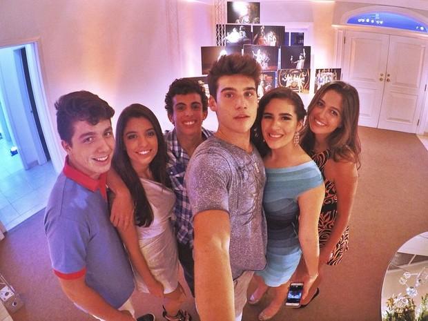 Lívian Aragão com o namorado, Nicolas Prattes, e amigos no aniversário do pai, Renato Aragão (Foto: Instagram/ Reprodução)