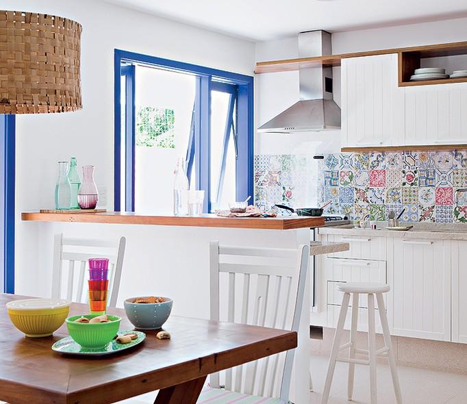 Os padrões dos azulejos da cozinha foram adquiridos em kits, que vêm com cerca de 20 peças. Como a decoração segue uma paleta em torno do azul-marinho, a escolha partiu para tons lavados, na linha desta cor. Projeto da arquiteta Andrea Reis