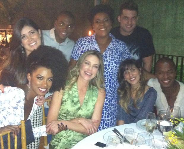 Luana Piovani rodeada de amigos  (Foto: Domingão do Faustão / TV Globo)