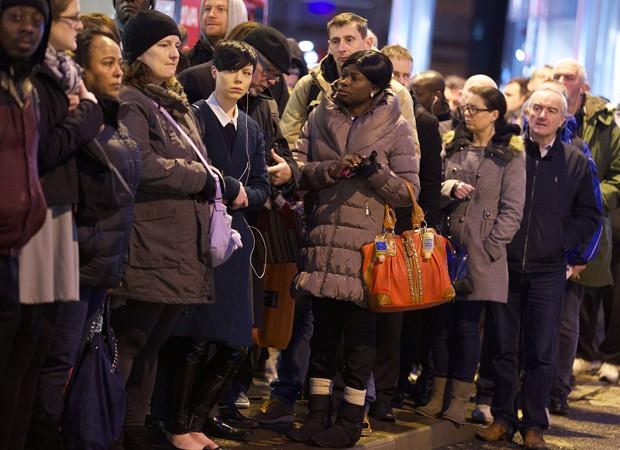 Passageiros fazem filas para ingressar no metrô de Londres (Foto: Andrew Cowie/AFP)