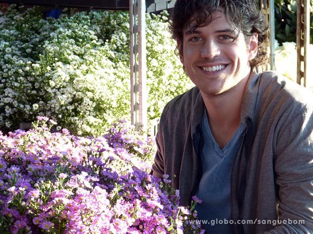Marco Pigossi dá vida a Bento, um florista simples da Zona Norte de São Paulo (Foto: Sangue Bom/TV Globo)