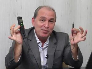 Diretor Carlos Costa apresentando telefone VoIP, tecnologia que a empresa alega comercializar, em vídeo na internet (Foto: Reprodução/ Facebook)