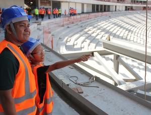 Junío e seu filho Felipe em visita a Arena da Amazônia neste domingo (29) (Foto: Alírio Lucas)