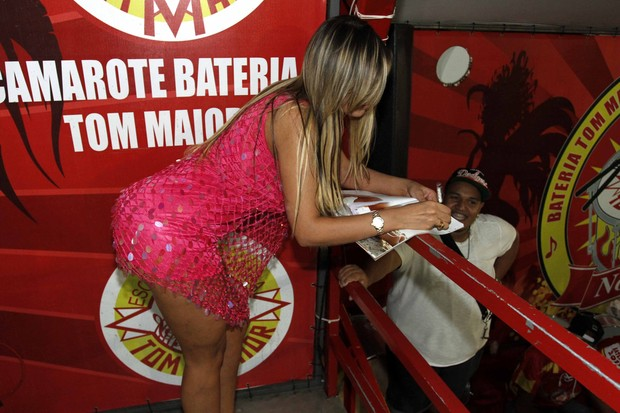Andressa Urach na quadra da escola de samba Tom Maior em São Paulo (Foto: Paduardo/ Ag. News)