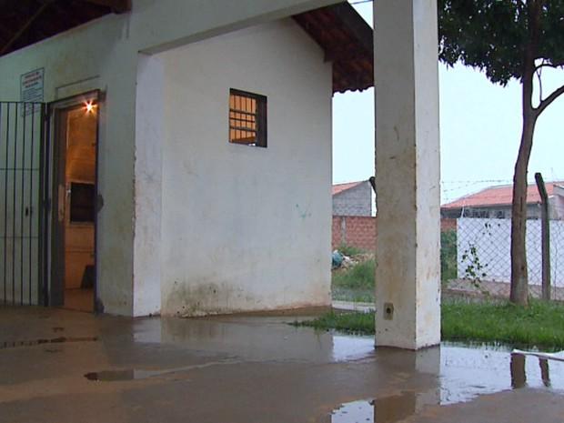 Salão de festas fica cheio de água com as chuvas (Foto: Felipe Lazzarotto/EPTV)