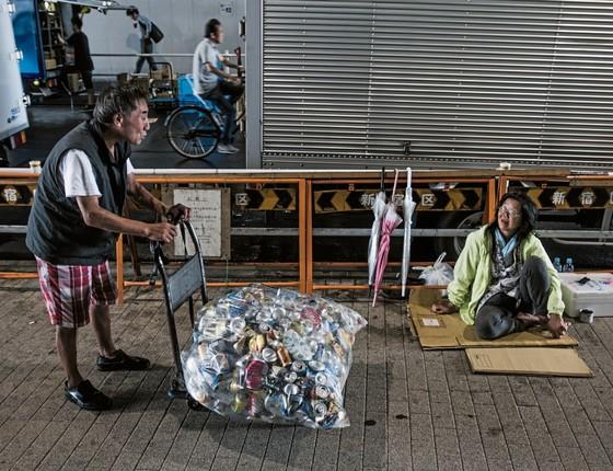 Tóquio, JAPÃO Kazuo Tanaka, sem-teto de 62 anos de idade, coleta 11 quilos de latas e garrafas por dia (Foto: Kadir van Lohuizen / NOOR)