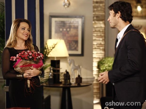Laerte dá flores para Shirley como agradecimento pelo jantar (Foto: Inácio Moraes / TV Globo)