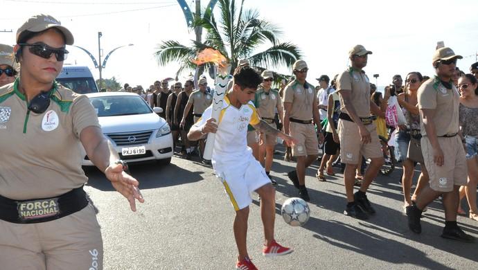 O atleta de Freestyle Ricardinho foi um dos destaques na condução da Tocha em Santarém (Foto: Adonias Silva/G1)