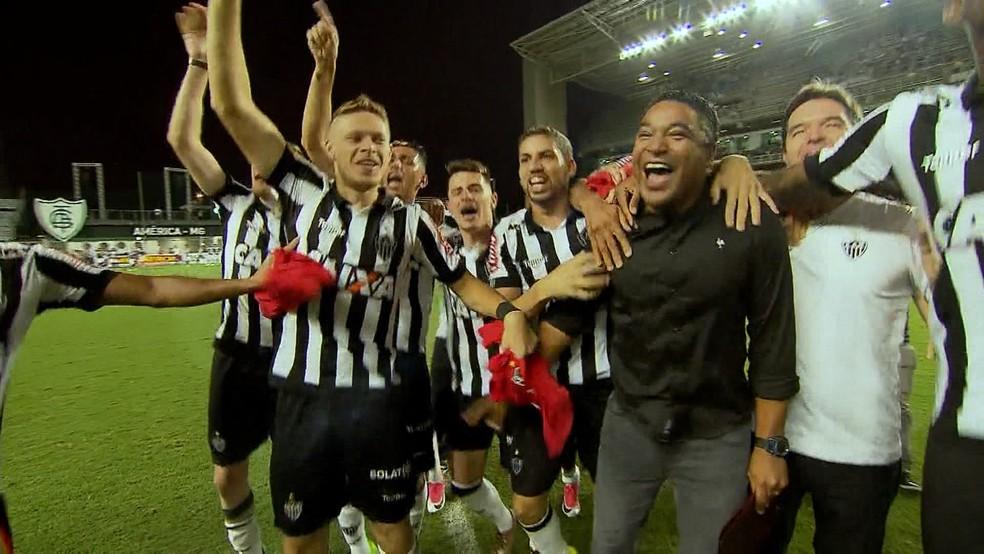 Roger e elenco atleticano comemoraram muito o título mineiro (Foto: Reprodução/TV Globo)