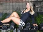 Ana Paula Minerato posa com roupas de academia e mostra boa forma