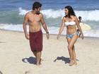 De biquíni, Mariana Rios grava com Thiago Rodrigues em praia do Rio