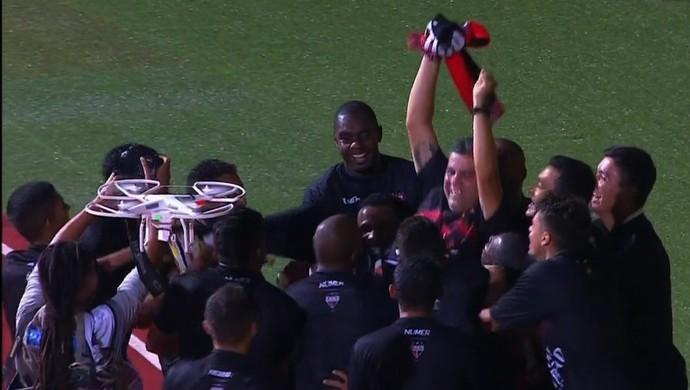 Marcelo Cabo é erguido pelos jogadores do Atlético-GO (Foto: Reprodução / SporTV)
