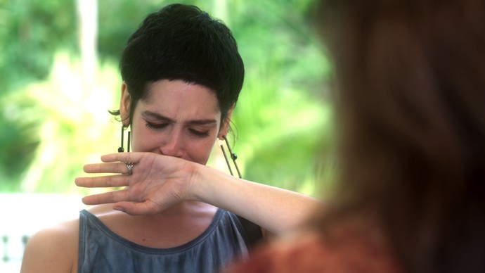 Flavia sofre ao saber a história de vida de sua mãe biólogica (Foto: TV Globo)
