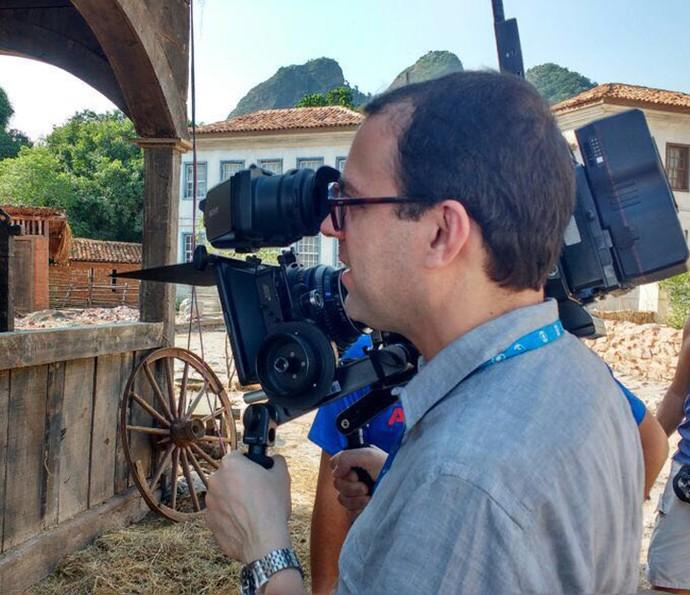 Mario Teixeira 'brincando' de diretor em uma visita ao set (Foto: Arquivo Pessoal/Vinícius Coimbra)